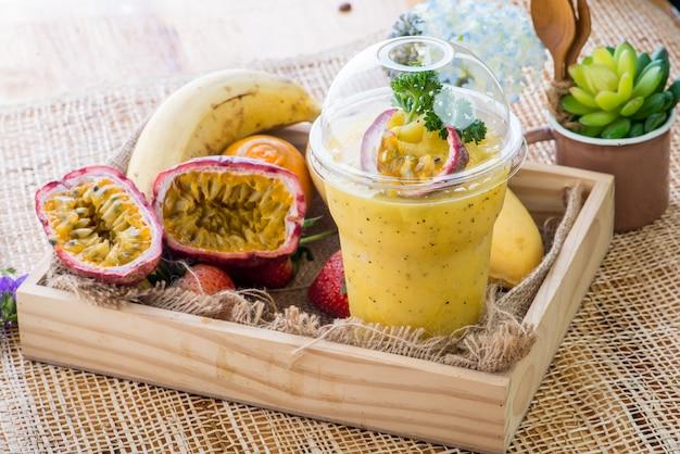 Smoothie, gesunde saftige vitamin-getränkediät oder veganes lebensmittelkonzept, frische vitamine, hausgemachtes erfrischendes fruchtgetränk