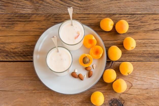 Smoothie-getränk mit aprikosen auf holzhintergrund. selektiver fokus.