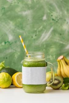 Smoothie-glas der vorderansicht mit bananen und kiwi