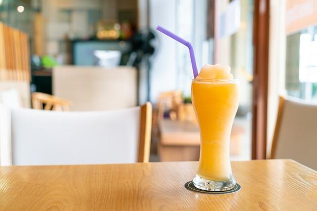 Smoothie-glas mit orangensaftmischung im café-restaurant