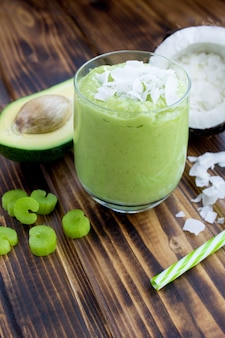 Smoothie mit avocado-kokosmilch und sellerie im glas