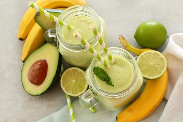 Smoothie mit avocado und banane