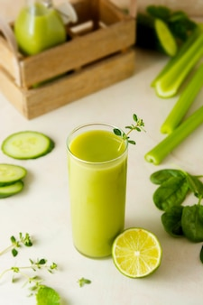Smoothie mit banane, spinat und limette. gesundes grünes getränkglas der entgiftung.
