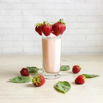 Smoothie mit erdbeeren und milch