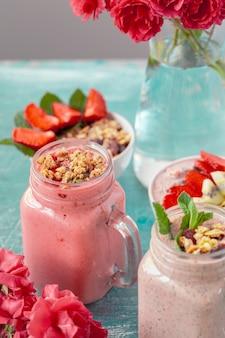 Smoothie mit granola zum gesundes frühstück.
