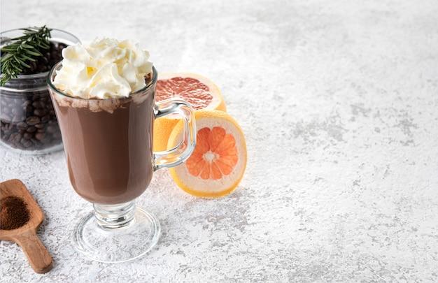 Smoothie-schokolade im glaslebensmittelhintergrund