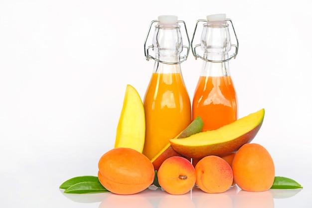 Smoothies aus aprikosen und mangos.