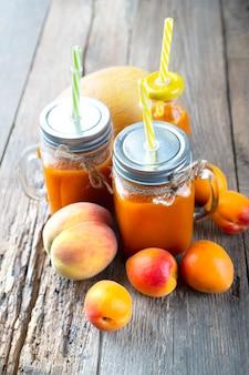 Smoothies aus frischem natürlichem obst und gemüse. gesundes essen, entgiftung oder diätkonzept. vertikaler hintergrund.