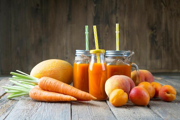Smoothies aus frischem natürlichem obst und gemüse. gesundes essen, entgiftung oder diätkonzept.