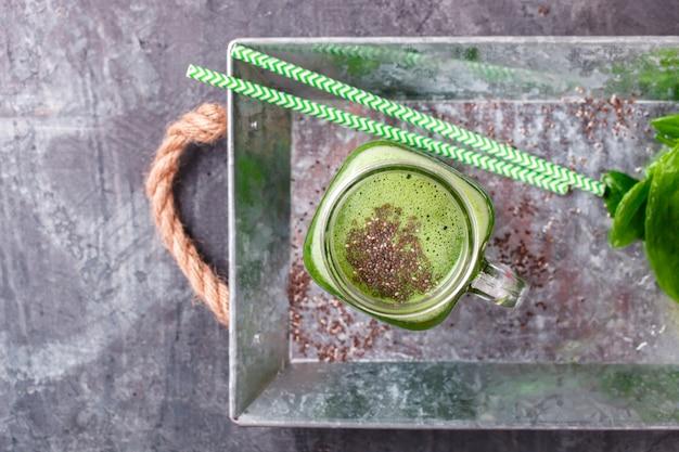Smoothies aus grünem gemüse und früchten. sommerfestgetränk.