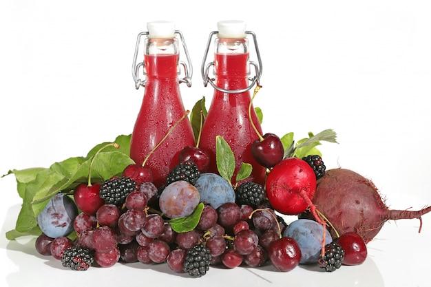 Smoothies. burgunder-smoothies in den glasflaschen lokalisiert auf weiß.