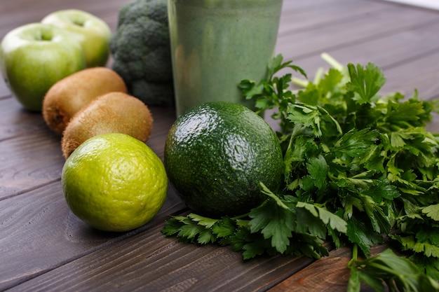 Smoothies mit äpfeln, kiwi, limette, brokkoli, petersilie und avocado