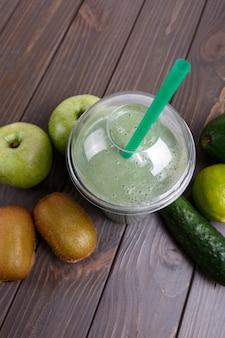 Smoothies mit äpfeln, kiwi, limette, gurke und avocado