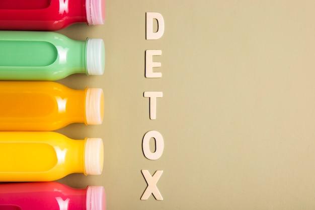 Smoothies und detox-schriftzug mit textfreiraum