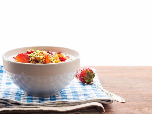 Smoothieschüssel mit erdbeeren, trockenfrüchten und chiasamen