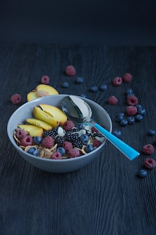 Smoothieschüssel mit frischen beeren, chiasamen, frucht und mandeln. ein satz beerenhimbeere, pfirsich, blaubeeren. gesundes frühstück.