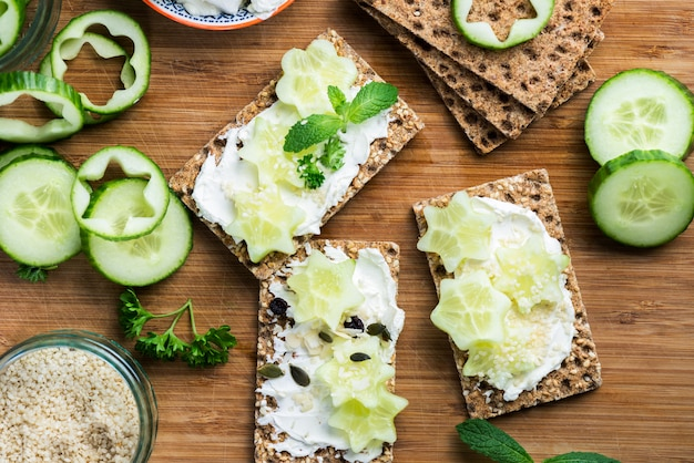 Snack aus vollkorn roggen knäckebrot cracker und gurke