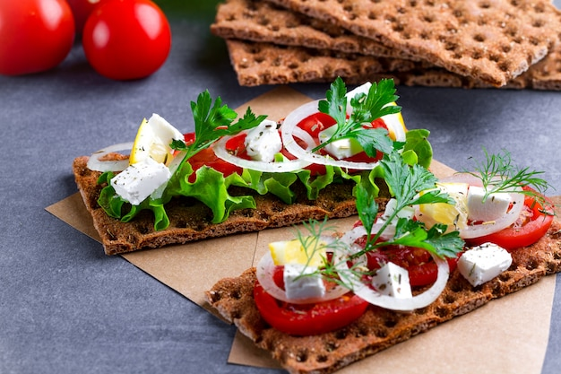 Snack brot und fitness essen mit gemüse