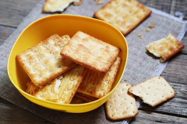 Snack-cracker-brot mit zuckerbutter und salzbäckerei in der kaffeezeit.
