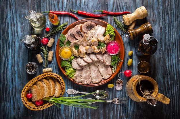 Snack-set sortiertes geschnittenes fleisch mit gewürzen auf rustikalen hölzernen hintergründen