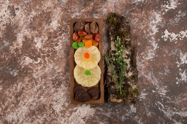 Snack und trockene ftuis platte mit kräutern beiseite auf dem marmor
