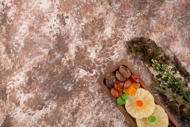 Snack und trockene ftuis platte mit kräutern beiseite