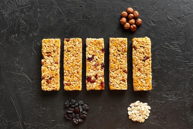 Snackbars mit haselnüssen und getrockneten früchten