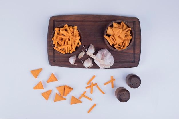 Snackbrett mit kartoffelchips und knoblauch