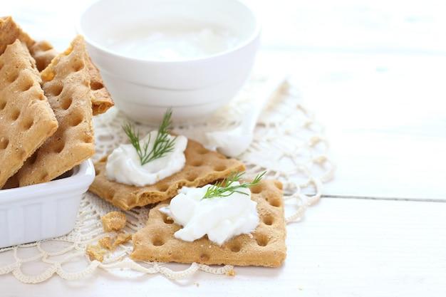 Snackcracker mit frischkäse und dill