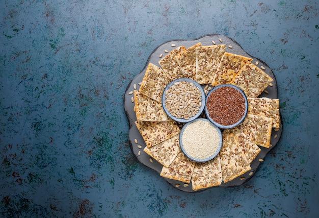 Snackkekse mit sonnenblumenkernen, leinensamen, sesam, draufsicht