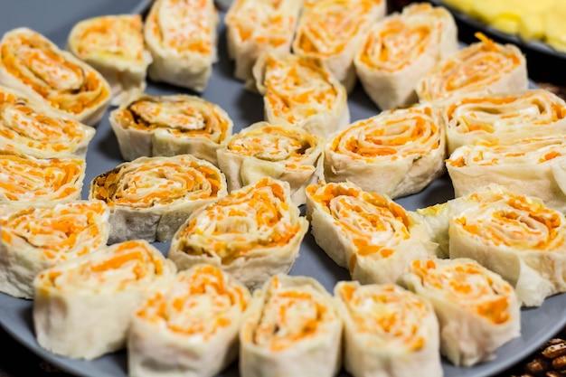 Snackrolle aus fladenbrot mit koreanischen karotten auf einem teller