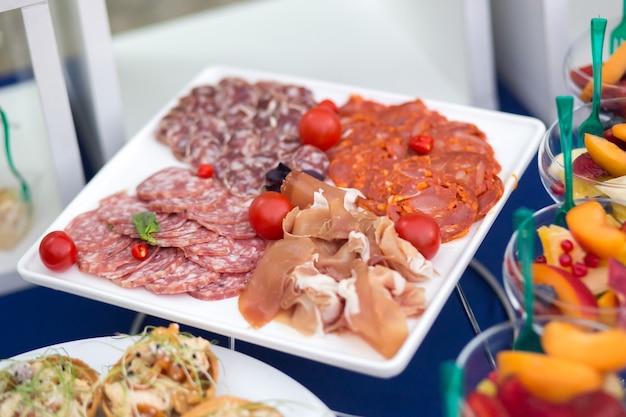 Snacks auf dem tisch bei einer festlichen veranstaltung oder einem abendessen