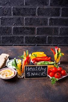 Snacks-bar gemüsesticks und hummus