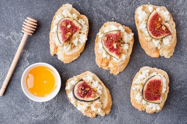 Snacks bruschetta mit hüttenkäse, walnuss und honig und feigen