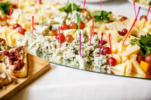 Snacks für feinschmecker auf weißem tisch