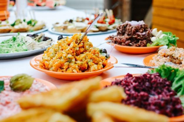 Snacks und anderes essen bei gartenparty