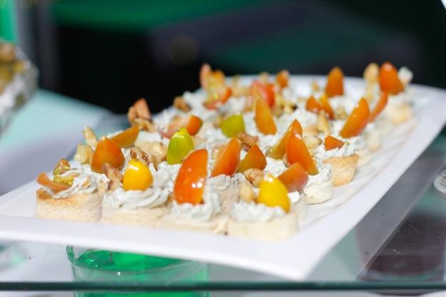 Snacks und leckere häppchen am reichhaltigen buffet
