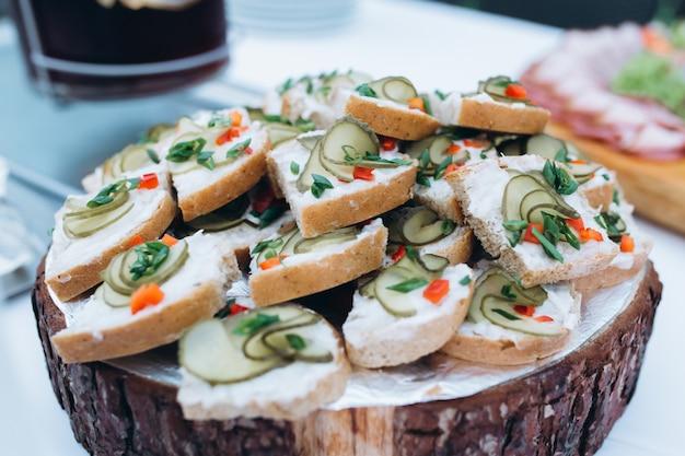 Snacks werden auf dem holzschreibtisch serviert