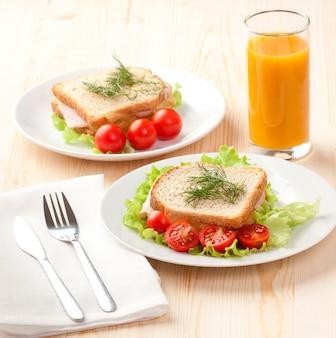 Snadwiches und orangensaft