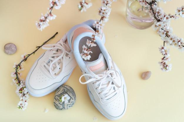 Sneakers mit blumen und stein-draufsicht