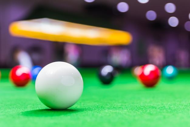 Snooker-ball am snooker-tisch