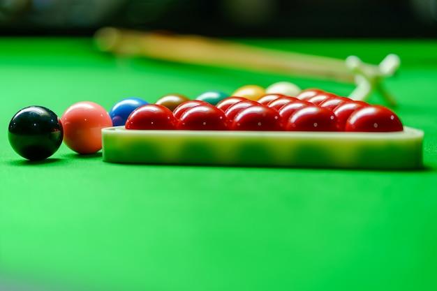 Snookerbälle auf grüner snookertabelle