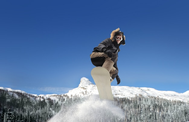 Snowboarden in den bergen