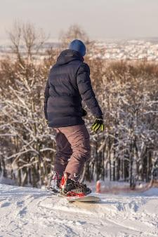 Snowboarder auf der skipiste der region moskau