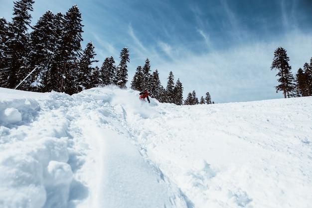 Snowboarder, der in die berge springt