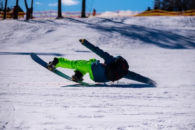 Snowboarder führt an einem klaren sonnigen tag einen trick mit hoher geschwindigkeit aus.