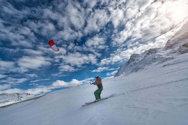 Snowkiten mit skiern auf dem schnee