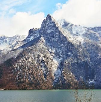 Snowy berg mit wolken