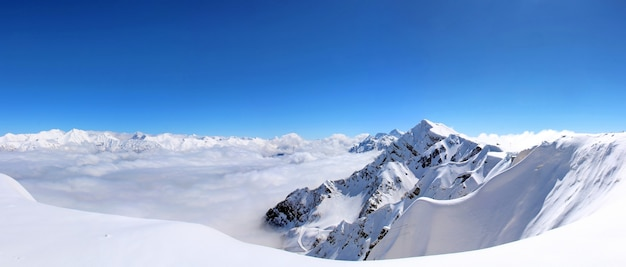 Snowy mountains im blauen himmel der wolken kaukasus