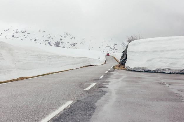 Snowy-straße mit eis